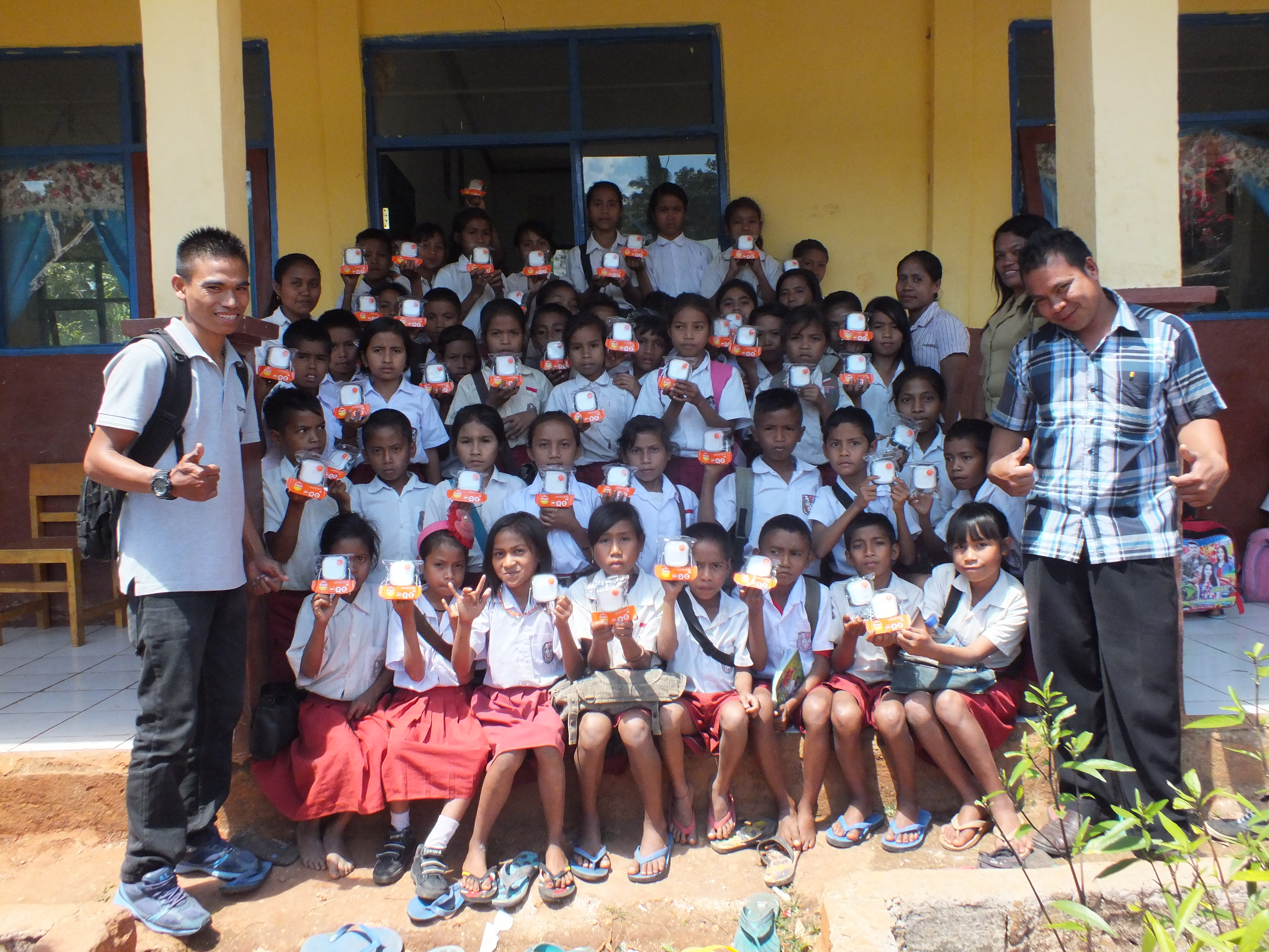Students at Puu Kapaka elementary school with their solar lamps
